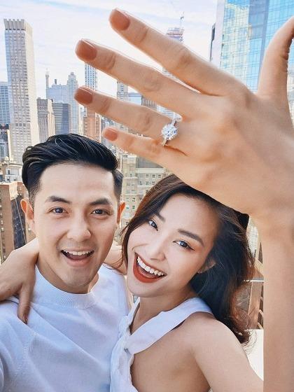 Nữ ca sĩ được bạn trai cầu hôn ở New York.
