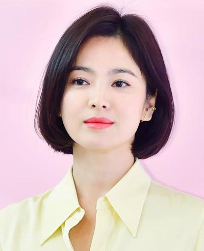 Từ cuối năm 2018, Song Hye Kyo cắt tóc ngắn. Nhưng khi dự sự kiện, cô thường biến hóa kiểu tóc để tạo sự mới mẻ đồng thời phù hợp hình ảnh của thương hiệu mà cô đại diện.