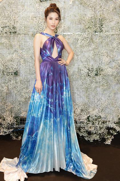 Người đẹp mặc bộ đầm cổ chéo tôn vòng một của nhà thiết kế Đỗ Long.