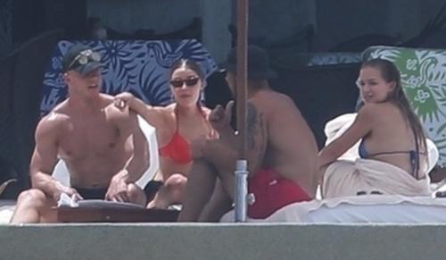 Christian McCafferey và Olivia Culp (trái) tận hưởng kỳ nghỉ cùng vợ chồng người mẫu Kristen Louelle. Ảnh:TMZ.