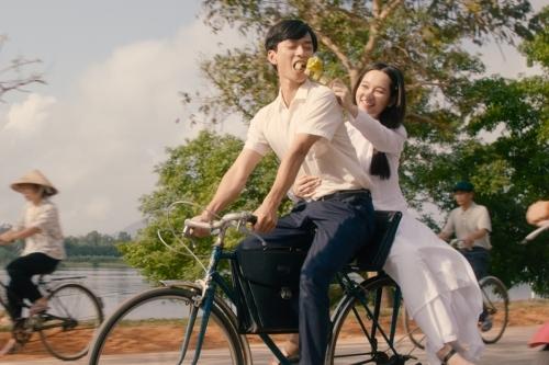 Hai diễn viên Trần Nghĩa (phải) và Trúc Anh trong tạo hình học sinh.