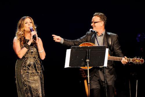 Tom cũng luôn xuất hiện và ủng hộ những dự án riêng của vợ. Năm 2006, ông đưa vợ đến buổi diễn đầu tiên của bà tại Broadway. Năm 2012, tài tử lên sân khấu đệm guitar cho vợ hát trong một show diễn từ thiện. Ảnh: REX.