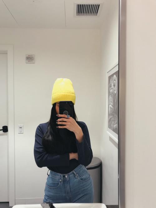 Chiếc mũ len màu vàngtạo điểm nhấn trên set đồ tông xanh.
