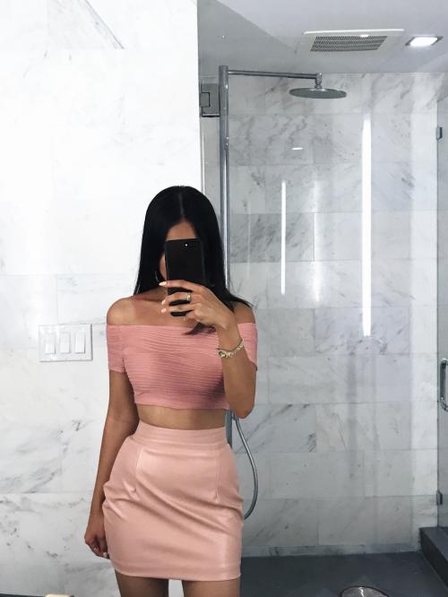 Áo croptop cùng chân váy đồng tông màu là sự lựa chọn mà theo Yến Nguyễn rất thông minh cho những nàng không có chiều cao lý tưởng.
