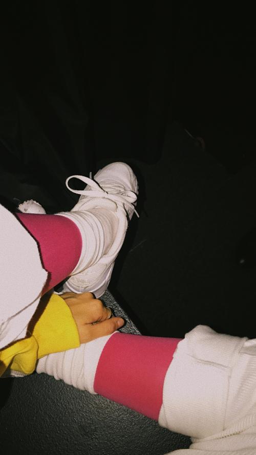Tất hồng fuschia làm itemđinh cho bộ đồ trắng.