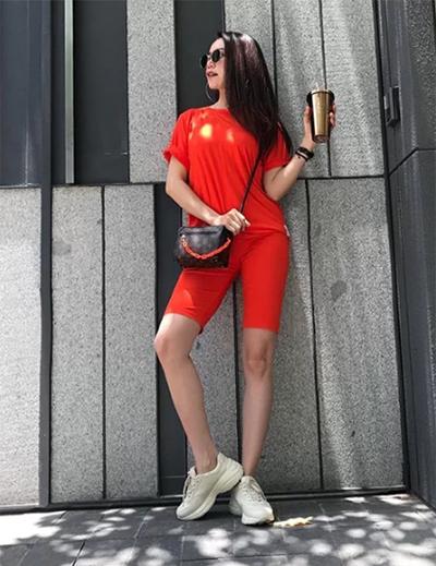 Mốt quần lửng thep phong cách thể thao được Trà Ngọc Hằng áp dụng.