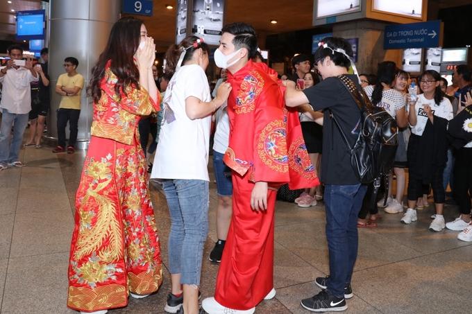 Đông Nhi - Ông Cao Thắng được fan tổ chức đám cưới tại sân bay