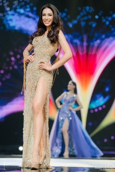 Arayha chọn đầm xẻ đùi trong phần thi trang phục dạ hội ở đêm chung kết.