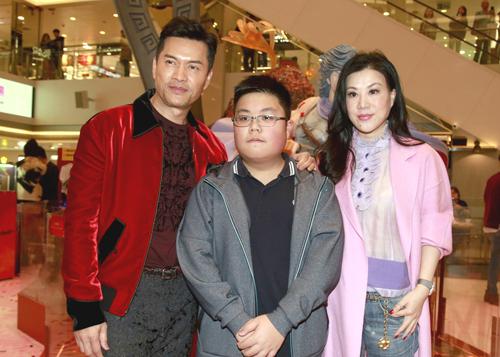 Lữ Lương Vỹ bên vợ con. Anh kết hôn lần ba cùng Dương Tiểu Quyên năm 2001. Trước đó, anh trải qua hôn nhân ngắn ngủi cùng diễn viên Châu Hải My và ca sĩ Quảng Mỹ Vân.