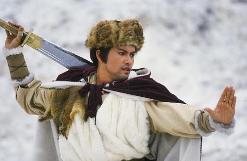 Lữ Lương Vỹ đóng hai vai Hồ Phỉ và Hồ Nhất Đao (cha của Hồ Phỉ). Khi đóng phim này, anh 29 tuổi, lưu dấu ấn với vai Đinh Lực trong Bến Thượng Hải. Trên bastillepost, Lữ Lương Vỹ nói nhờ nhân vật Hồ Phỉ, anh vượt qua cái bóng của vai Đinh Lực, được nhiều ngườicông nhận diễn xuất. Ở đài TVB, anh còn lưu dấu ấn qua Tân Bao Thanh Thiên (vai Triển Chiêu), Thư kiếm ân cừu lục, Điêu Thuyền... Năm 1989, Lữ Lương Vỹ rời TVB. Những năm gần đây anh đóng Anh hùng xạ điêu 2017, Hoàng Phi Hồng 2017... Tài tử còn đầu tưnhiều lĩnh vực như ẩm thực, nhà đất, cổ phiếu...