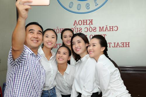 NgoàiĐỗ Mỹ Linh, một sốthí sinh Miss World Vietnam 2019 cũng đăng ký hiến tạng. Tâm sự với các đàn em,MC Quyền Linh kể anh quyết định đăng ký hiến tạng khi thấy nhiều người trẻ là trụ cột của gia đình ra đi nhanh chóng vì không được ghép tạng thay thế, nhiều hoàn cảnh phải nằm chờ vài năm trời để được ghép tạng.