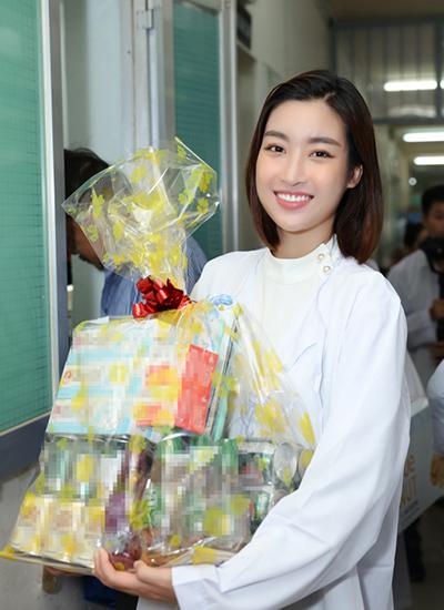 Mỹ Linh cùng đoàn trao quà thiện nguyện cho một số bệnh nhân hiểm nghèo đang điều trị tại bệnh viện.