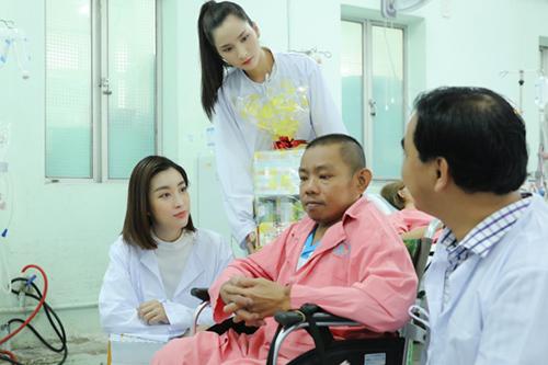 Cô cùng MC Quyền Linh và các thí sinh thăm hỏi bệnh nhân.Đỗ Mỹ Linh sinh năm 1996, đăng quang Hoa hậu Việt Nam 2016. Năm 2017, cô đại diện Việt Nam dự thi Miss World và vào top 40 cùng giải thưởng Người đẹp nhân ái.