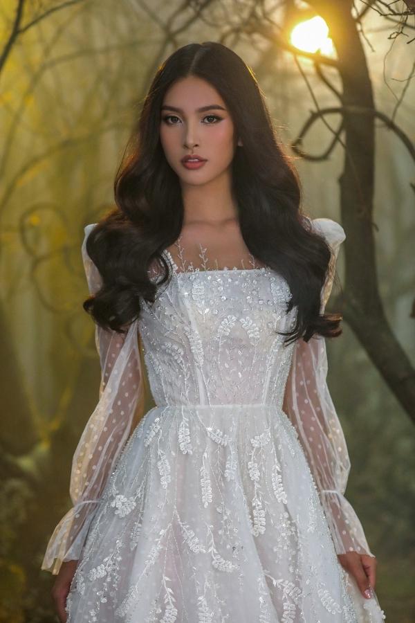 Tiểu Vy diện váy cưới corset hở ngực
