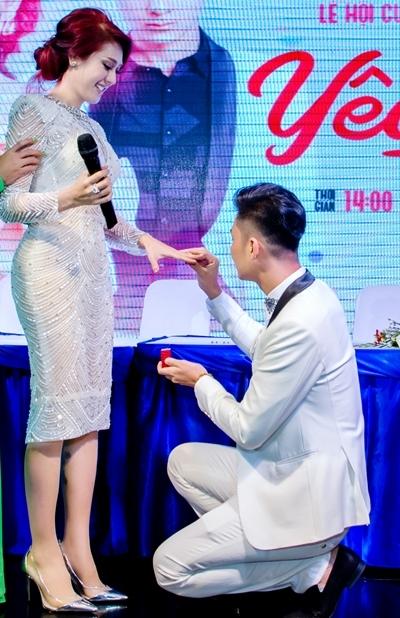 Lâm Khánh Chi được chồng trao nhẫn cưới ở sự kiện.