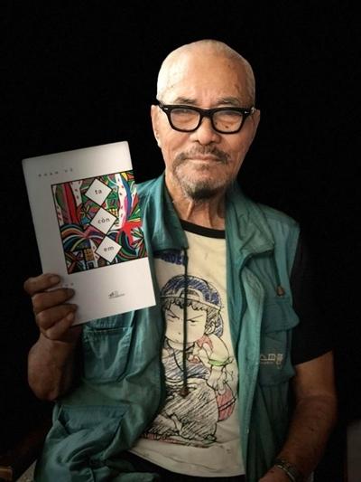 Phan Vũ bên tập thơ Ta còn em - ra mắt năm 2018.