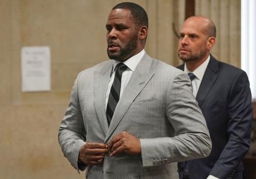 Ca sĩ R. Kelly có mặt tại phiên tòa hôm 16/7. Ảnh: AP.