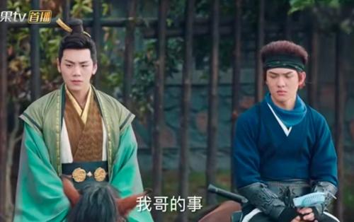 Diễn viên cầm quạt nhựa trong một cảnh phim Đại Tống thiếu niên chí.