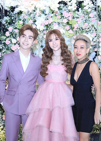 Ca sĩ Yến Trang (phải).