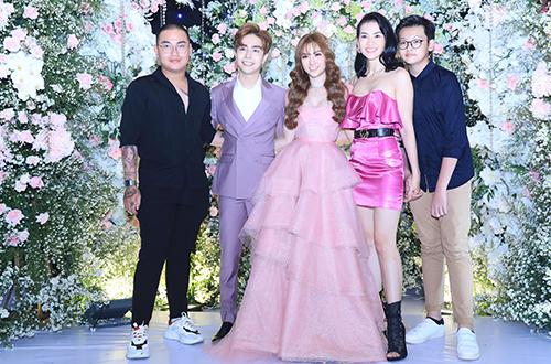 Người mẫu Anh Thư đưa con trai - Tiểu Long (phải) dự tiệc.