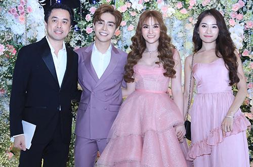 Dương Khắc Linh cùng vợ mới cưới - ca sĩ Sara Lưu (phải)