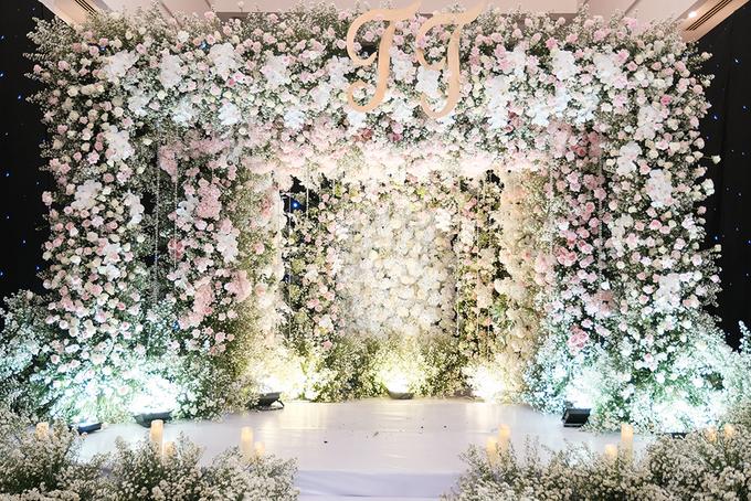 Thu Thủy dùng 10.000 bông hoa trang trí tiệc cưới