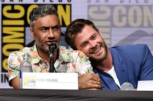 Chris Hemsworth (phải) và Taika Waititi ở buổi giới thiệu Thor: Ragnarok năm 2017. Ảnh: Shutterstock.