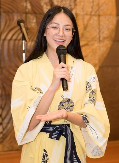Phương Khánh diện kimono trong buổi giao lưu.