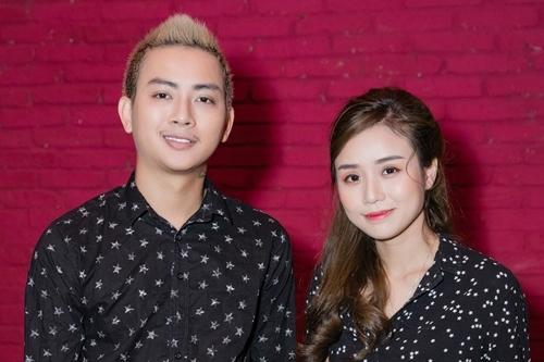Hoài Lâm bên bạn gái Bảo Ngọc ở sự kiện ra mắt vở cải lương chiều 17/7 tại TP HCM.