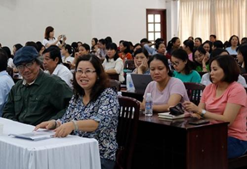 Nhà thơ Cao Xuân Sơn (trái) bên các giáo viên, bạn văn ở buổi trao đổi kỹ năng.