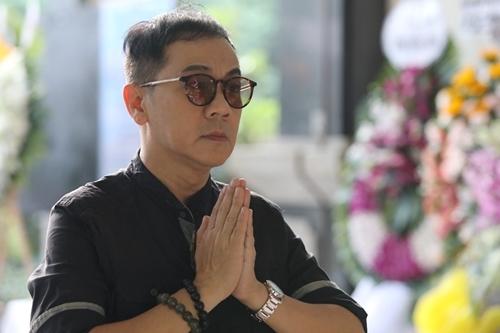 NSƯT Thành Lộc đến từ sớm, trước giờ di quan, để thắp nhang. Ông là một trong những tiền bối nâng đỡ anh từ những ngày đầu vào nghề.