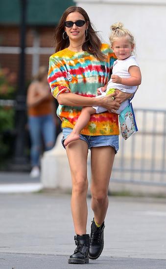 Irina Shayk bế con đi dạo phố tại New York hôm 18/7. Ảnh: Hollywood Life.