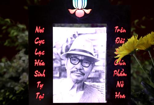 Di ảnh thi sĩ Phan Vũ.