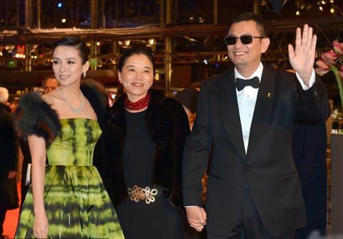 Vương Gia Vệ luôn cùng vợ dự các sự kiện điện ảnh quốc tế. Trong ảnh, vợ chồng cùng Chương Tử Di (phải) tại LHP Berlin năm 2013. Ảnh: Sina.