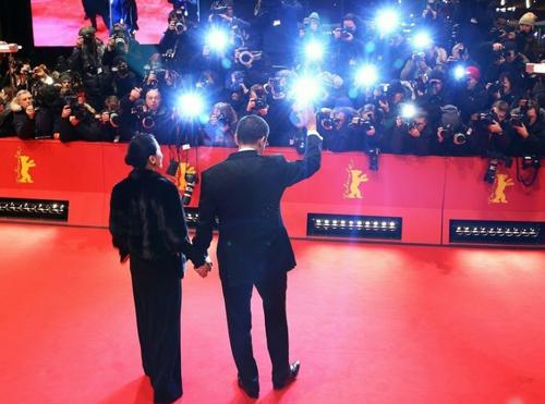 Vương Gia Vệ nắm tay vợ trên thảm đỏ. Ảnh: Sina.