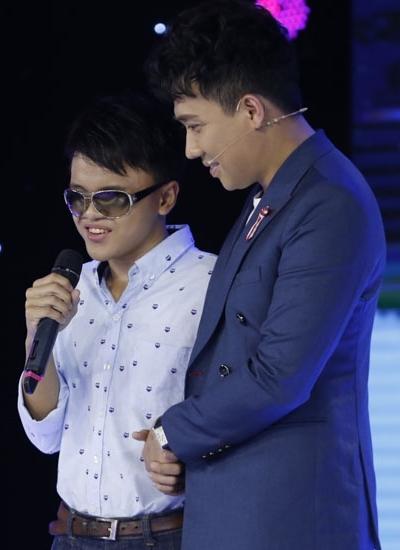 Trấn Thành lên sân khấu động viên thí sinh.