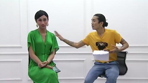 BB Trần (áo vàng) và Hải Triều (váy xanh) không chỉ đăng tin tuyển dụng mà còn hài hước chia sẻ nếu ế show, họ sẽ đăng tin để tìm việc làm.