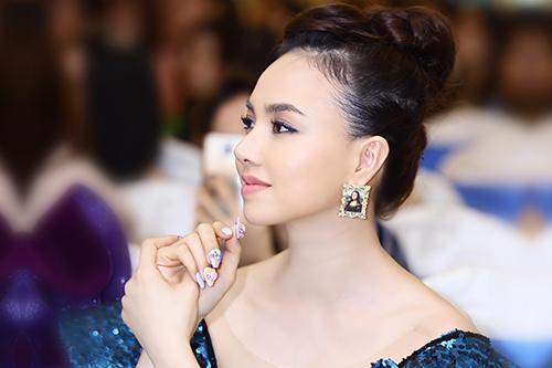 Đinh Ngọc Diệp ngồi ghế nóng cuộc thi Cup nghệ sĩ Nail 2019