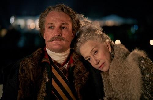 Jason Clarke (trái) được hóa trang để già hơn trong phim. Tài tử sinh năm 1969, nhỏ hơn Mirren 24 tuổi, còn nhân vật của anh chỉ trẻ hơn nữ hoàng 10 tuổi. Ảnh: HBO.