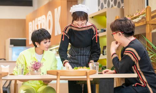 Hari Won và Đại Nghĩa diện áo thổ cẩm của người Ê đê để chào đón HHen Niê. Cô được đầu bếp đãi bamón: salad khoai tây kết hợp lá bạc hà,bánh mì nhân tôm hùm và tráng miệng bằng bánh dứa phô mai.