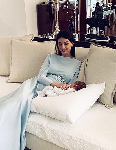 Sau khi sinh con hồi đầu tháng 6, cô được khen ngợi với vóc dáng gọn gàng, gu mặc thanh lịch vớiđầm lụa xanhpastel.