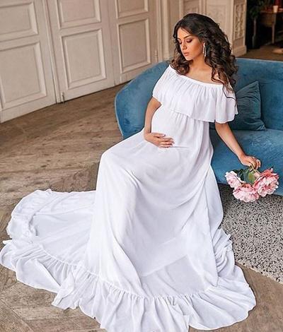 Thời gian mang bầu, cô chuộng những bộ đầm suông rộng đơn sắc.