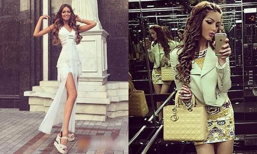 Oksana trong bộ đầm xẻ ngực và đùi kết hợp giày đế xuồng. Người đẹp phối túi Dior đồng điệu với váy bodycon họa tiết kèm jacket da.