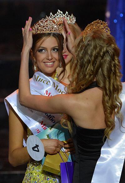 Oksana Voevodina đăng quang Miss Moskva 2015, khi 22 tuổi. Cô có số đo ba vòng 83-58-89 cm, cao 1,7 m. Cô là con gái của bác sĩ thẩm mỹ Andrey Gorbatenko. Hoa hậu chia sẻ cô không biết mình xinh đẹp và nổi bật, cho tới khi vào đại học. Mẹ cô cũng từng là thí sinh của cuộc thi nhan sắc tại Penza.