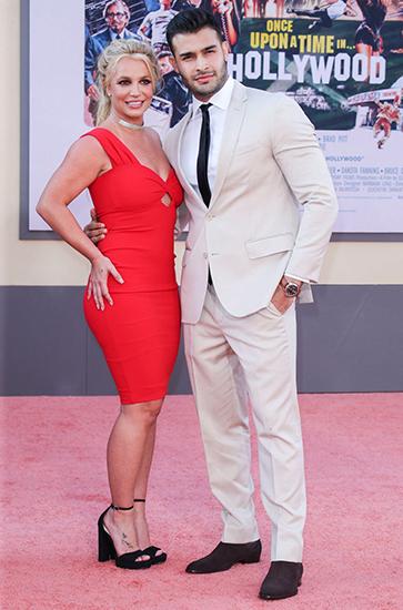 Britney Spears xuất hiện trên thảm đỏ cùng bạn trai Sam Asghari. Ảnh: Shutterstock.