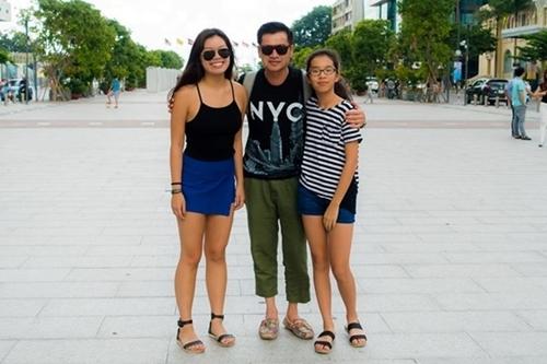 Mặc dù hai bé sinh ra và lớn lên ở Mỹ, cả hai rất coi trọng việc dạy tiếng Việt. Khi con gái lớn đi học đại học xa nhà, ông xã Hồng Đào thậm chí khóc nhiều hơn cả vợ.