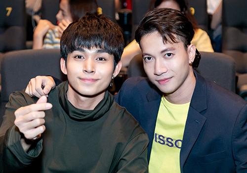 Cựu thành viên nhóm 365 - S.T Sơn Thạch (phải) đến họp báo ra mắt MVHai bàn tay.