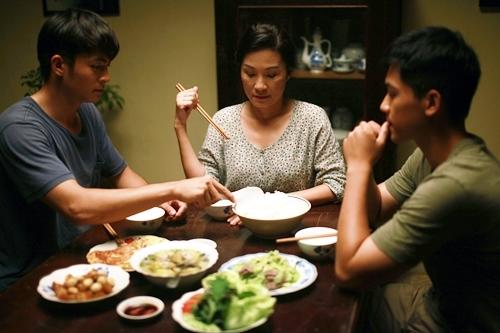 Hồng Đào trong một phân cảnh người mẹ dùng bữa với con trai (trái) và bạn trai anh.