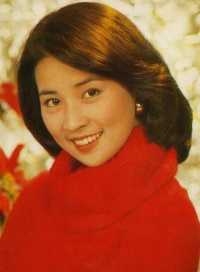 Theo Mingpao, Lâm Phụng Kiều từng nói về Thành Long: Tôi nghĩ sống với nhau, anh ấy sẽ hiểu tôi khác những cô gái khác. Hai người bí mật đăng ký kết hôn, sinh con - Phòng Tổ Danh - năm 1982.