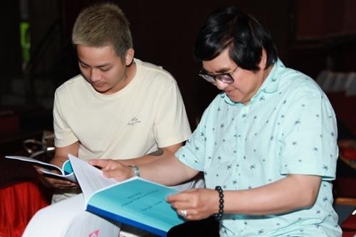 Hoài Lâm (trái) học thoại cùng nghệ sĩ Chí Tâm